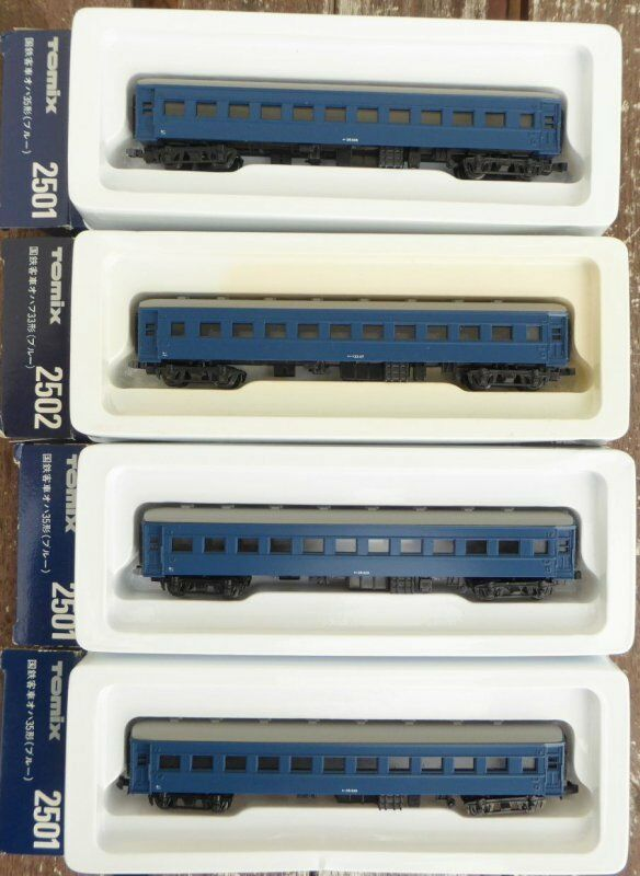 セットされた4つの乗用車JNR