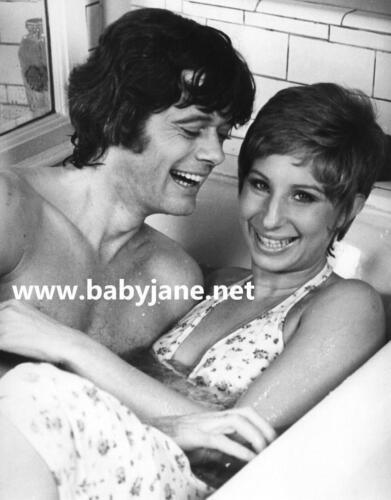 146 BARBRA STREIAND MICHAEL SARRAZIN LAUGHING IN BATHTUB FOR PETE/'S SAKE PHOTO