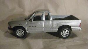 Dodge-Ram-4X4-Pick-Up-Camion-in-un-Argento-144-Scala-Diecast-da-Kinsmart-2013