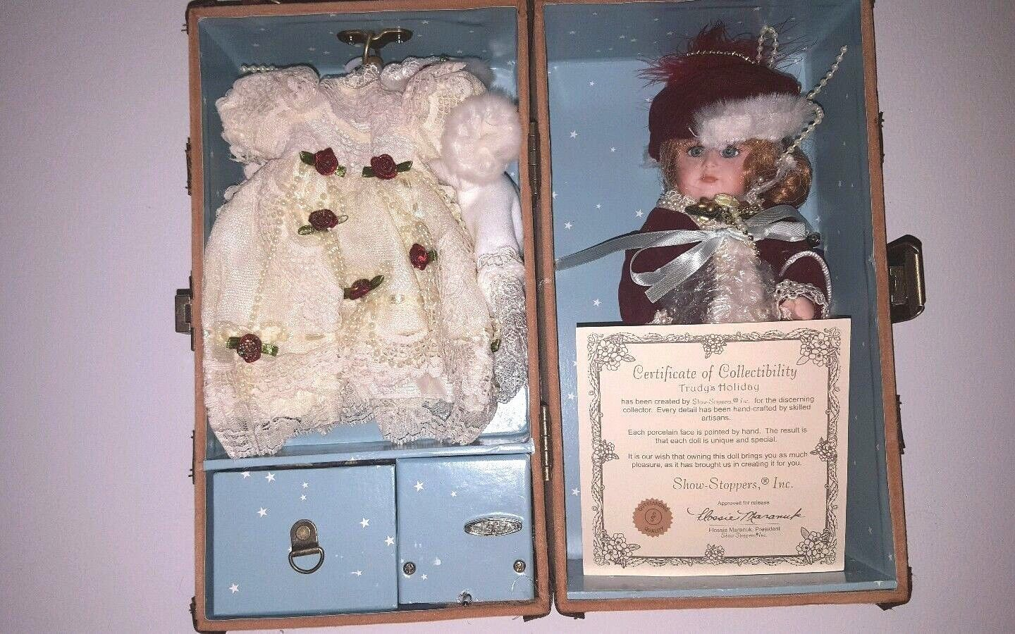 SHOW STOPPERS TRUDY/'S HOLIDAY MUSICAL TRUNK PORCELAIN DOLL W// OUTFITS CERT NIB