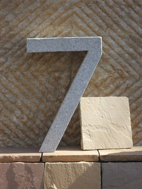 7 - Hausnummer aus echtem Granit - 40 cm hoch - Buchstaben und Zahlen aus Granit
