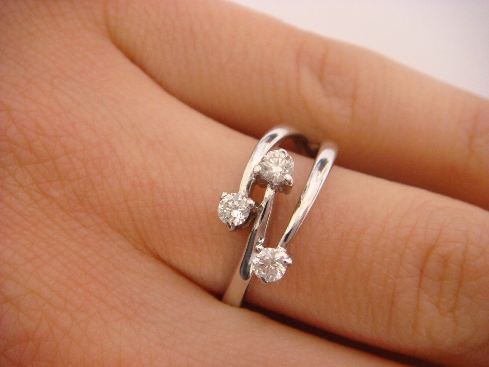 14K WHITE gold 3 DIAMONDS LADIES RING 0.30 CT T.W. 2.6 GRAMS SIZE 7