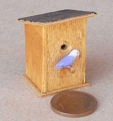1:12 Scala Casa Delle Bambole Da Giardino In Legno Semplice Scatola Di Nidificazione Con Un Top Inclinato + Bird-mostra Il Titolo Originale