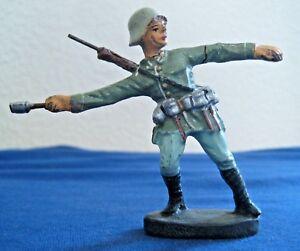 Soldat-ancien-ELASTOLIN-en-composition-AU-COMBAT-lancant-une-grenade-Annees-50