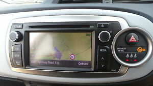 TOYOTA-YARIS-SAT-NAV-DE-CULASSE-LECTEUR-RADIO-CD-NAVIGATION-SATELLITE-2014
