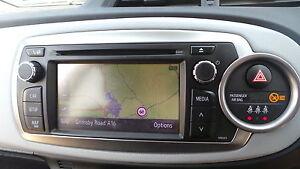 TOYOTA-YARIS-SAT-NAV-DE-CULASSE-LECTEUR-RADIO-CD-NAVIGATION-SATELLITE-2014