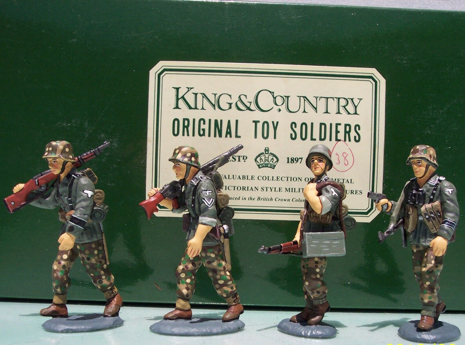 KING & COUNTRY WW2 GERMAN ARMY WS008 OFFICER & 3 ADVANCING PANZER GRENADIERS MIB