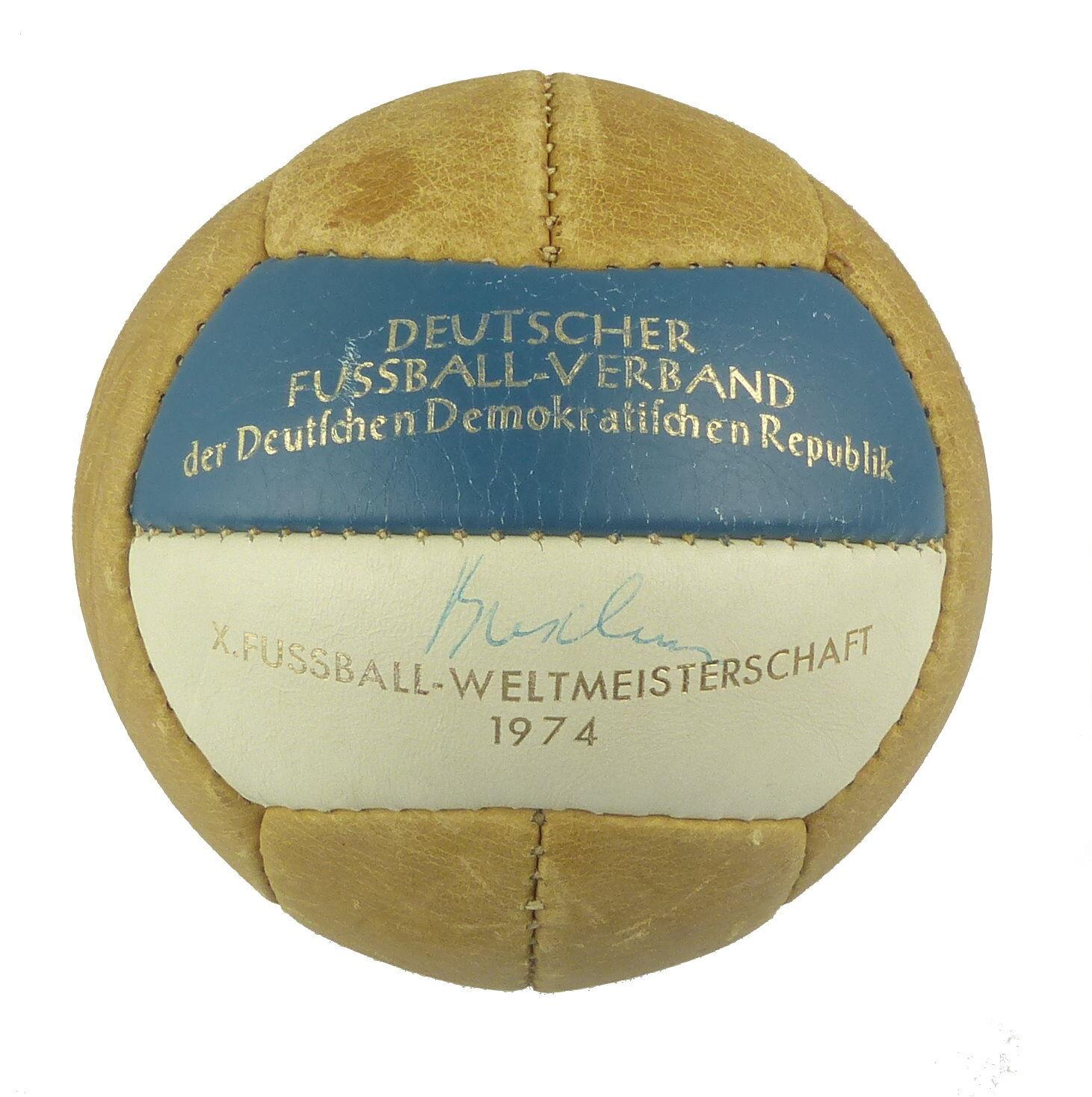 E9312 Ehrengeschenk Fußball DDR WM 1974 DDR Fußball gegen BRD mit Unterschriften der Spieler 00be08