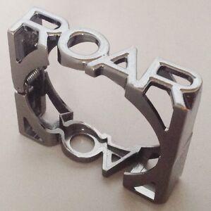 bracelet-moderne-rigide-carre-inscription-lettre-couleur-gris-brillant-A10