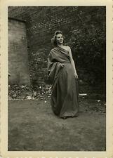 PHOTO ANCIENNE - VINTAGE SNAPSHOT - FEMME ROBE MODE COSTUME DRÔLE -FASHION DRESS