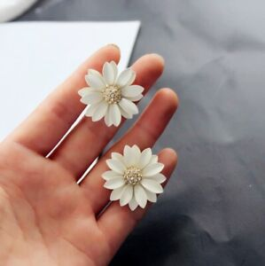Pretty-big-white-daisy-stud-earrings-with-crystal-50s-60s-70s-retro