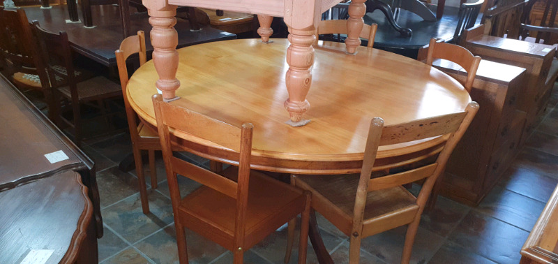Yellow-wood and Imbuia Round Table and 5 x Globe Chairs