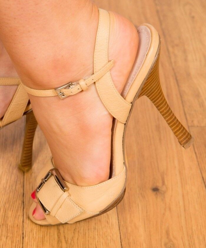 JLO barely light tan leather buckle barely JLO there heels size 7 4e9ed9