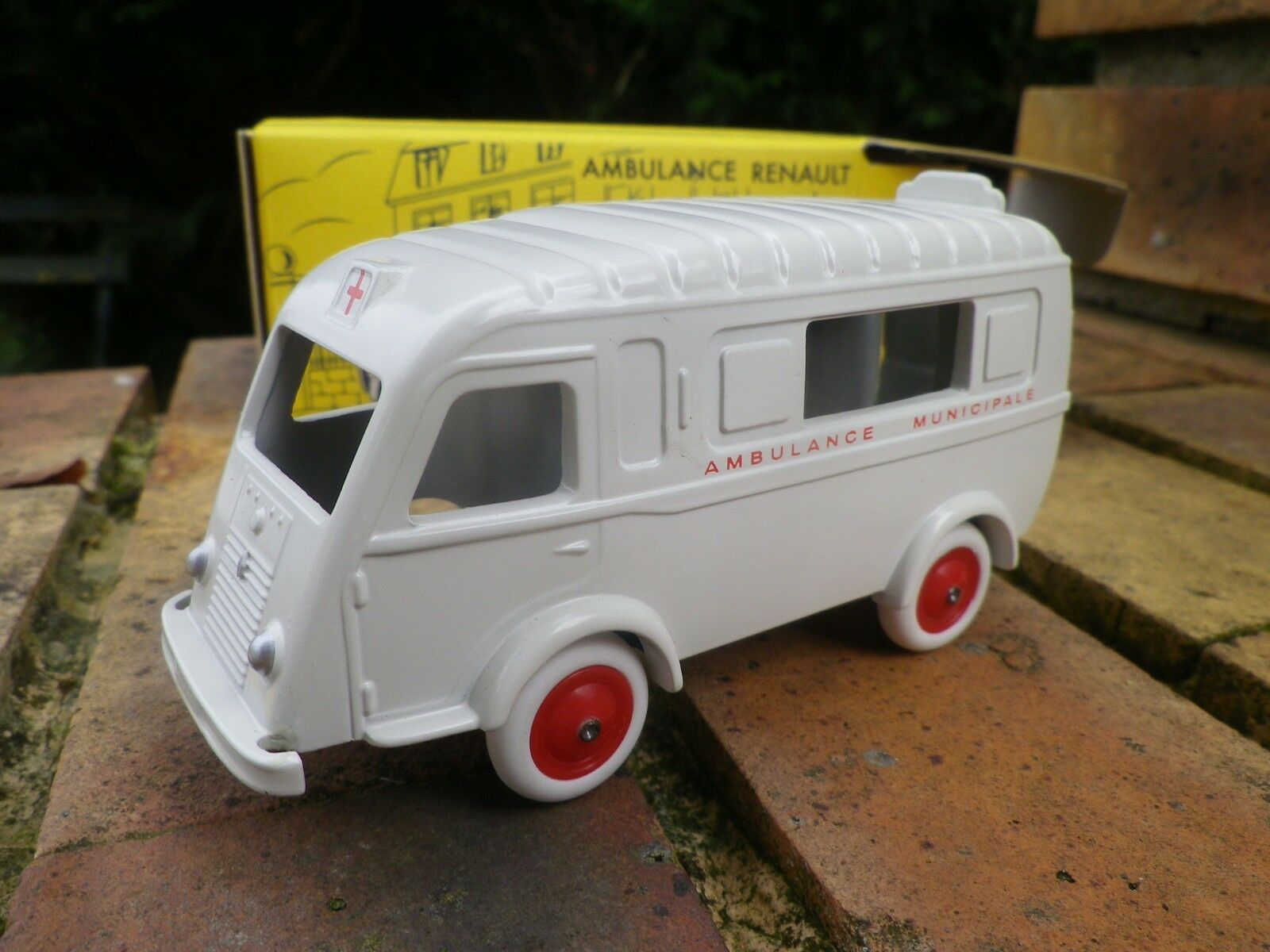 Cij norev renault 1000 kgs ambulance limited edition as new in box