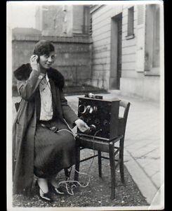 PHOTO-AMATEUR-FEMME-au-POSTE-RADIO-Scene-de-vie-en-1928