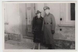 F20187-Orig-Foto-deutscher-Soldat-mit-Frau-vor-Hauseingang-1941