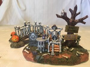 BONEY-039-S-BONEYARD-SPOOKY-TOWN-GRAVEYARD-SKELETON-SCENE-BridgeLEMAX-Halloween-NEW