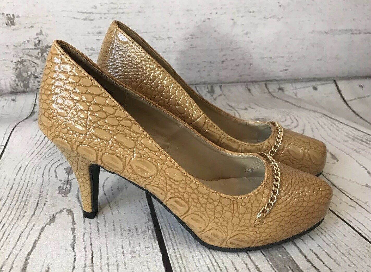 New Classique 7 W Tan Camel Pumps Embossed Snakeskin Round Toe gold Chain 3 1 2