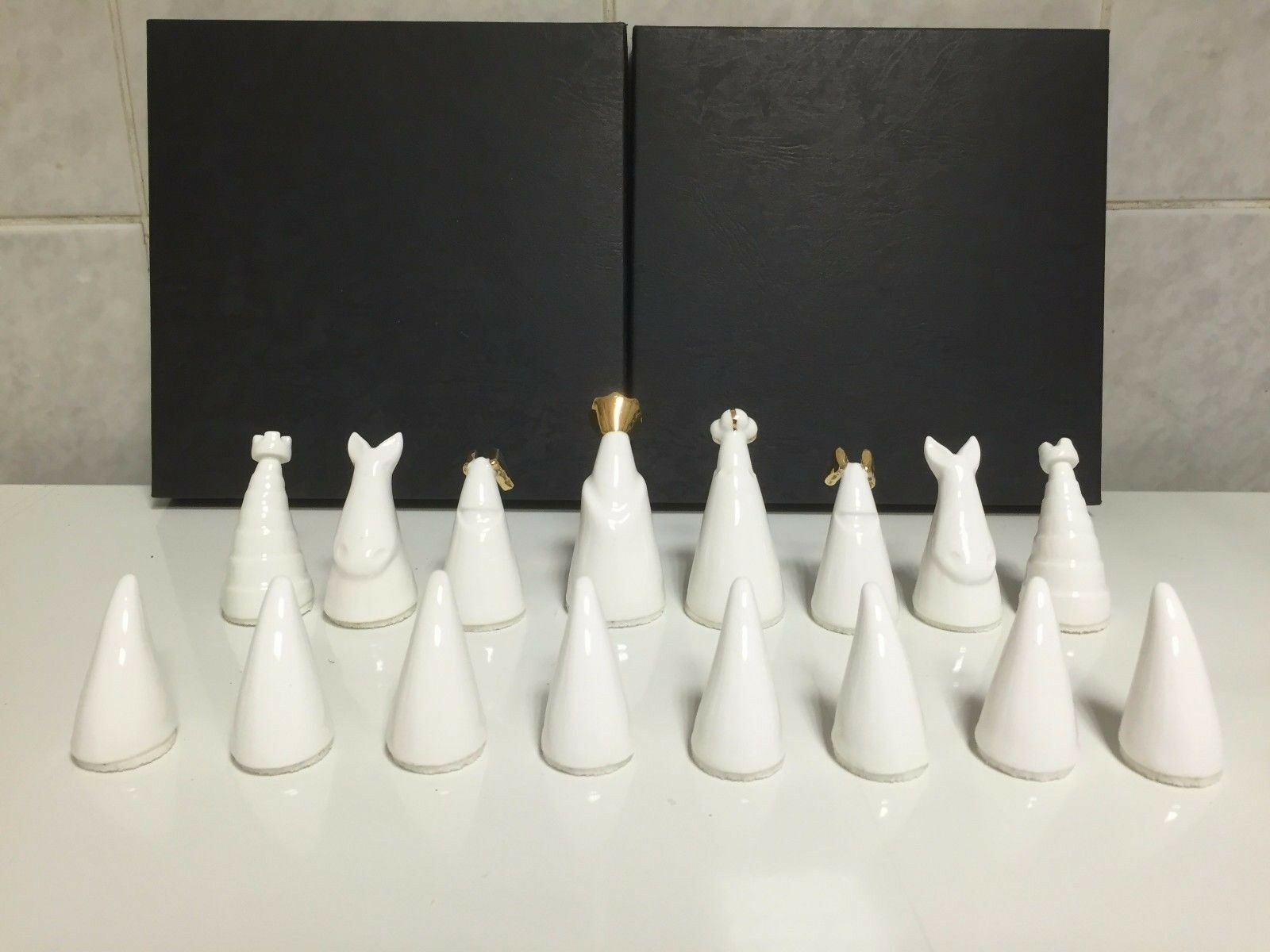 PORCELAIN CHESS SET MADE MADE MADE IN ENGLAND   WITH ORIGINAL BOX c059ad