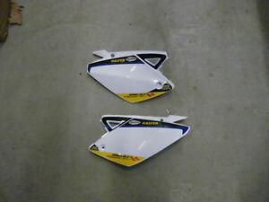 Rieju-MRT-50-Freejump-Seitendeckelsatz-unter-Sitzbank-weiss-blau