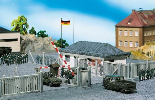 Eingang neu,OVP,Bundeswehr Wachgebäude mit Schlagbaum Military Faller 144021