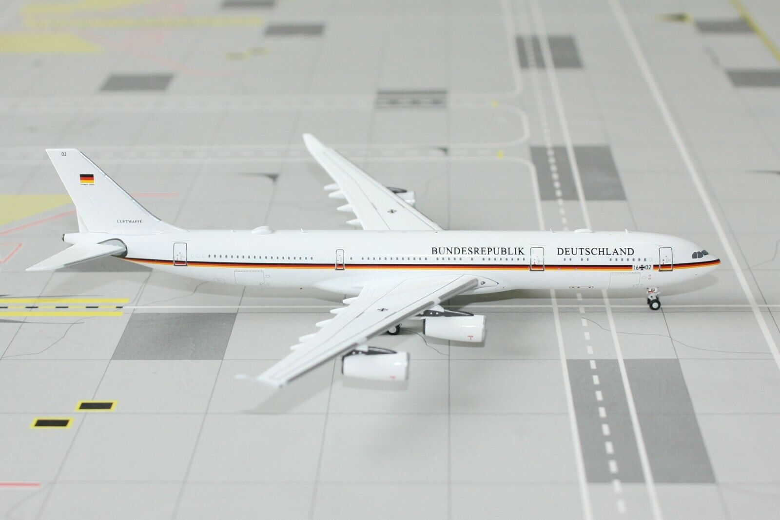 (Very Rare)1 400 PandaModel 19029 Germany Air Force A340-300 16+2 Free Tractor