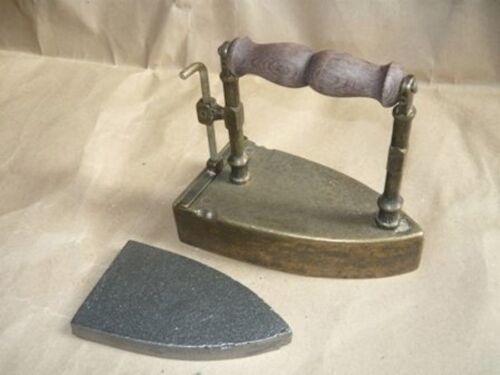 Riproduzione Ferro da stiro in ottone con piastra ghisa