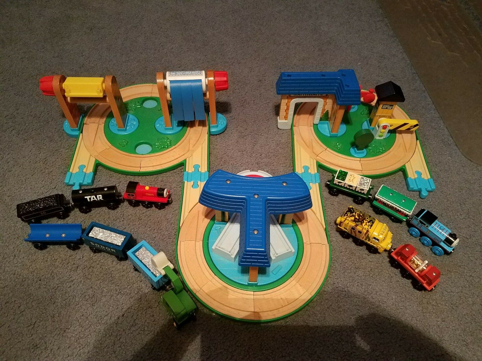 Thomas and friends busy day on sodor set, roundabout station set, 12 train cars