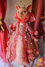 Katherine´s Collection Bella Rose Schwein Puppe mit üppiger Robe und Diadem 62cm