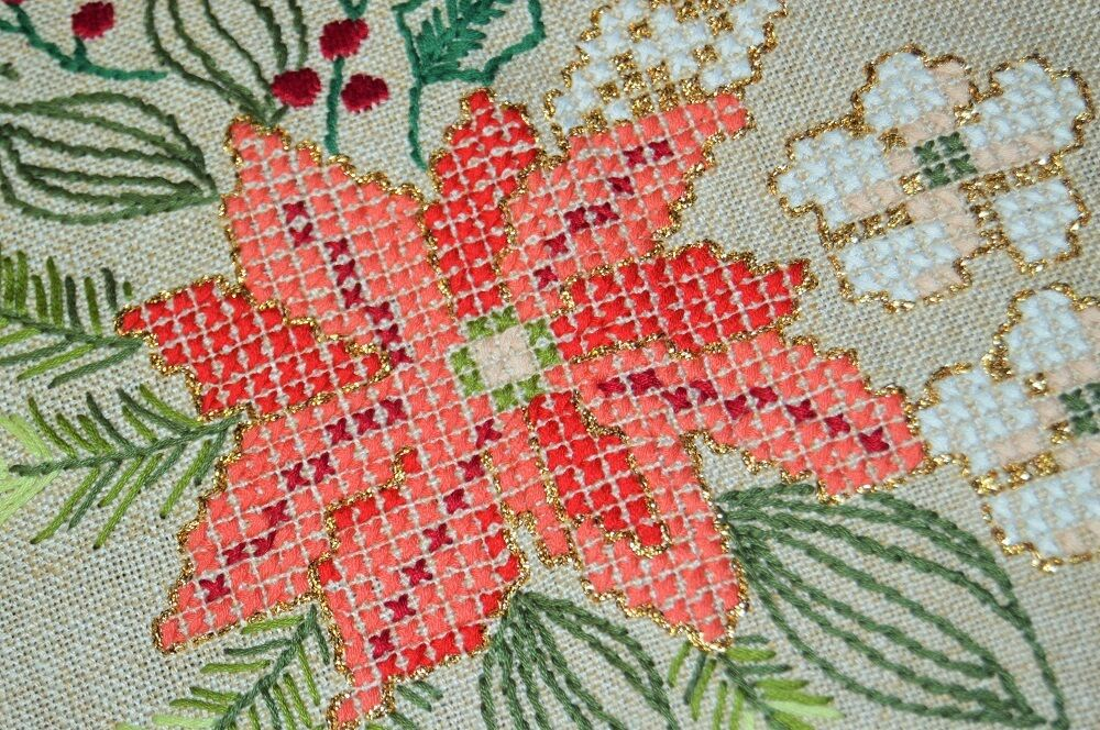 THE PERFECT BOLD POINSETTIA FOR CHRISTMAS  VINTAGE GERMAN HAND EMB TABLECLOTH