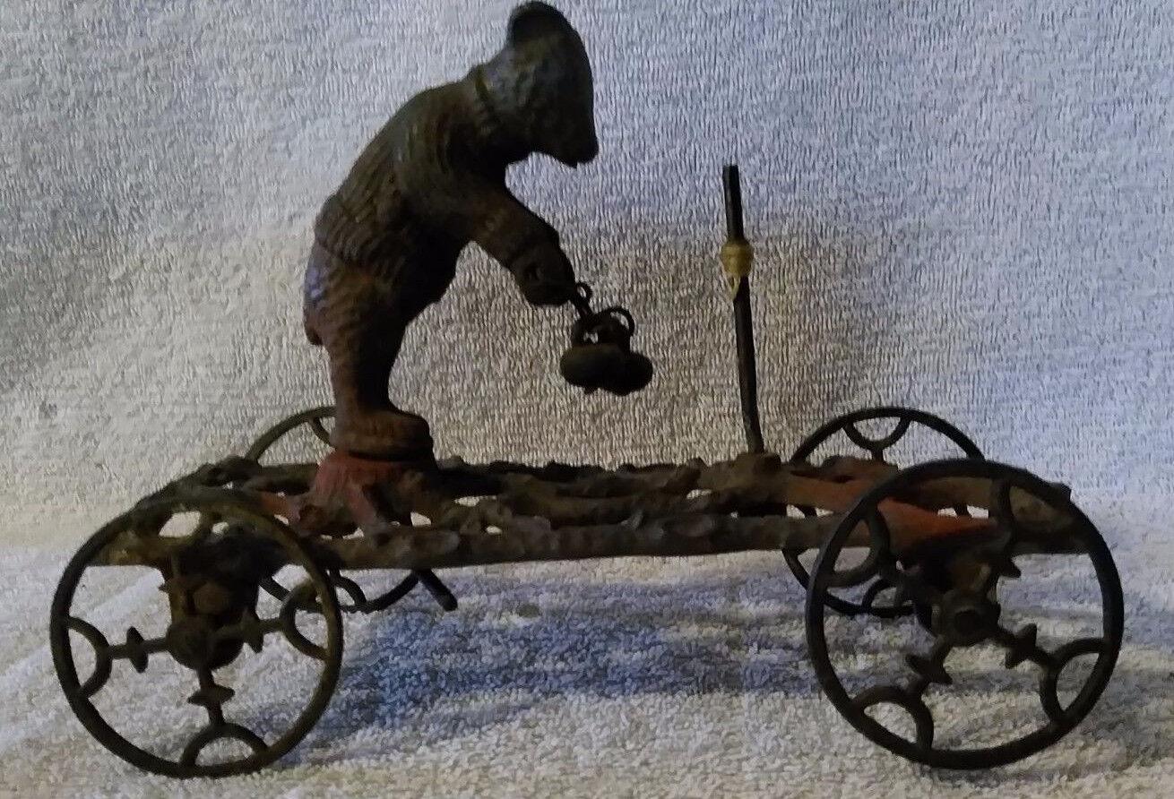 Vintage Gong campana década de 1910 Oso en suéter de hierro fundido Juguete de campana con ruedas de hierro fundido