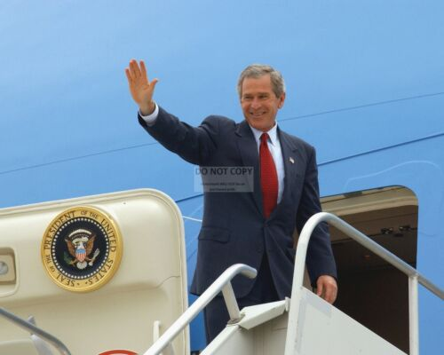 PRESIDENT GEORGE W BUSH WAVES BEFORE ENTERING AIR FORCE ONE 8X10 PHOTO BB-666