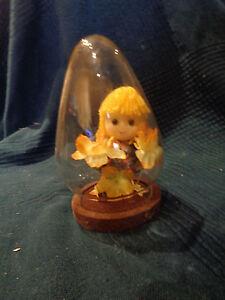 poupée vintage sous globe de verre - France - Poupée vintage sous globe de verre dans son jus dimensions hauteur 13 cm diamtre 8.2 cm - France