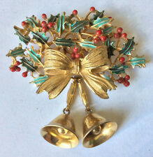 VINTAGE SIGNED WEISS ENAMEL HOLLY LEAVES BOW & DANGLE BELLS GOLD TONE BROOCH PIN
