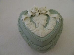 VINTAGE-GREEN-CERAMIC-BISQUE-HEART-SHAPED-JEWELRY-TRINKET-BOX-GODDESS-ROSES