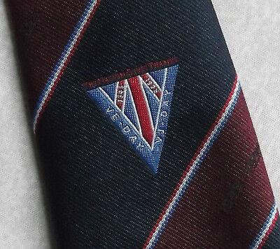 Vintage Cravatta Da Uomo Cravatta Crested Club Associazione Società Ve Giorno 1945-1995-mostra Il Titolo Originale Delizioso Nel Gusto