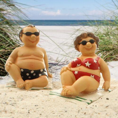 Dicke Touristen am Strand auf Badetuch mit Sonnenbrille in Badehose /& Badeanzug
