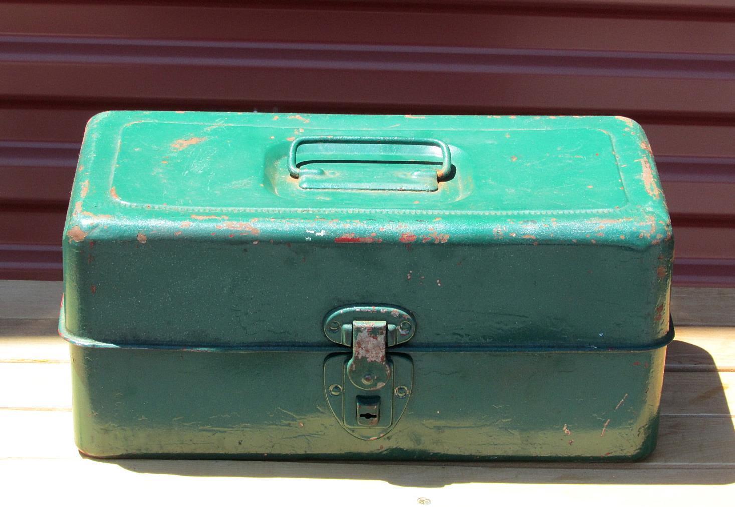 Vintage Liberty metal caja de aparejos de pesca & contenido lleno de señuelos, cucharas, tambores +