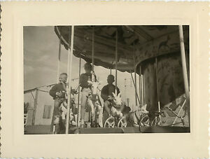 PHOTO-ANCIENNE-VINTAGE-SNAPSHOT-MANEGE-FETE-FORAINE-ENFANT-DROLE-CHILD-1958-1