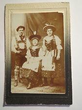 Mann in Lederhosen - 2 Frauen in Tracht - Hüte mit Federn / CDV