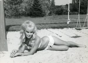 Actrice-Elke-Sommer-dans-034-Les-Bricoleurs-034-de-Jean-Girault-1963-vintage-silver