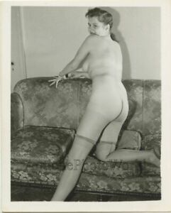 Sexy-full-bodied-nude-woman-on-couch-vintage-pin-up-photo
