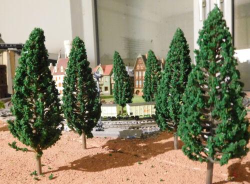 10 dunkelgrüne Tannen Fichten 110 mm hoch Nadelbäume