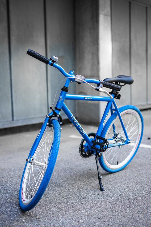 Fed drengecykel i blå