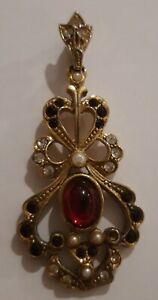 Vintage-Signed-Sphinx-Coloured-Glass-Pearls-Gold-Tone-Brooch