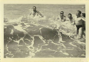 PHOTO-ANCIENNE-VINTAGE-SNAPSHOT-MER-PLAGE-HOMME-GAY-VAGUE-DROLE-WAVE-FUNNY