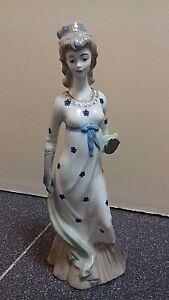 Bonita figura de mujer de porcelana esmaltada, 31cm. SAMBO, tipo Lladró, Spain