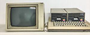 Apple-II-mit-Bildschirm-2-Diskettenlaufwerken
