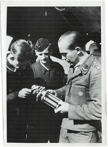 Der-Pruefmeister-prueft-ein-Motorenteil-Orig-Pressephoto-von-1942