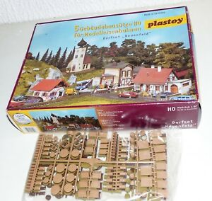 Plastoy-Bausatz-Dorfset-Neuenfeld-5-tlg-unbekannte-Packung-Kisten-Faesser-H0